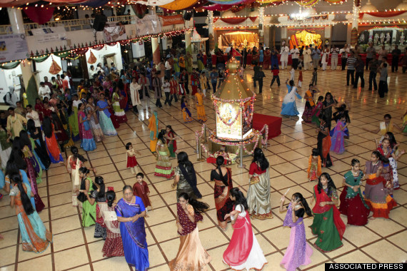 5 Reasons Why You Should Go To A Garba Raas Dance During