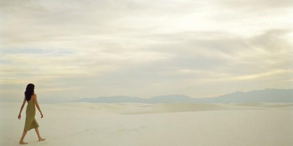 Photo Woman Walking Desert