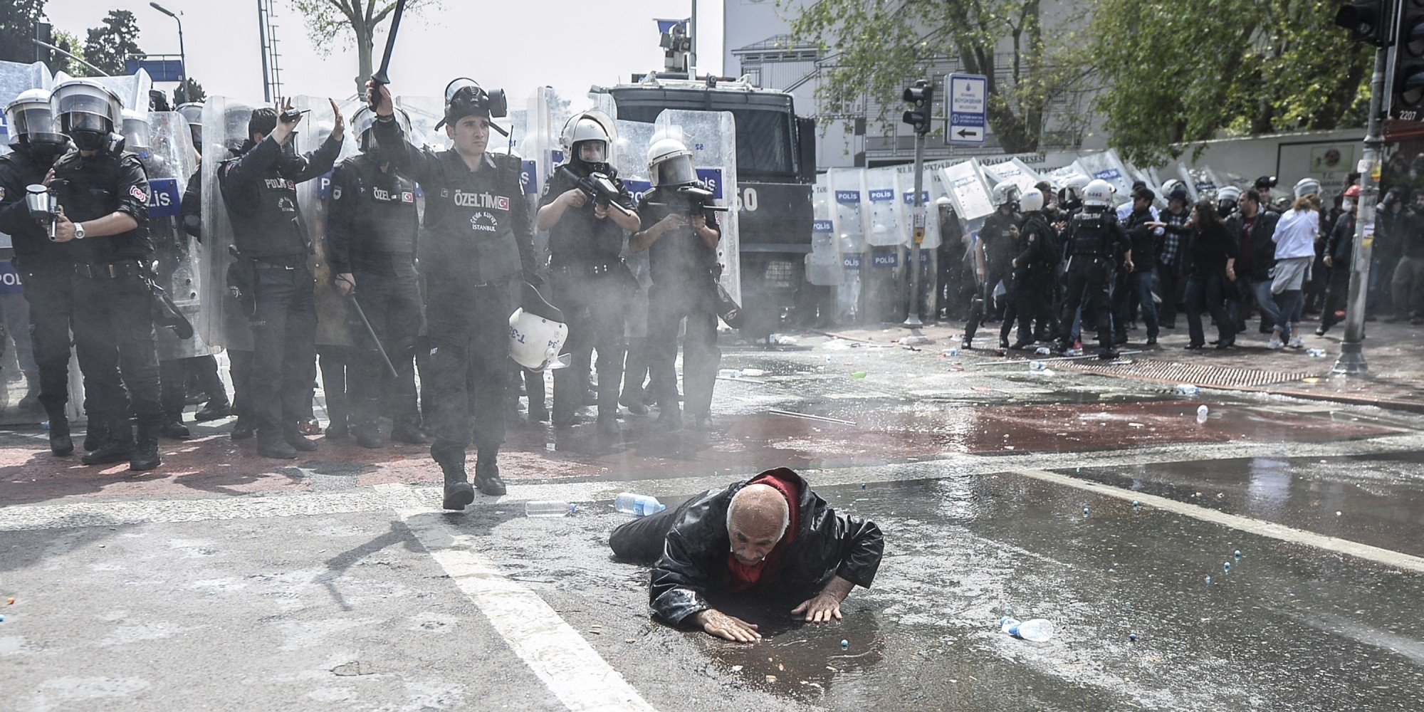 Turkeys Police Clash With Hundreds Defying Protest Ban On