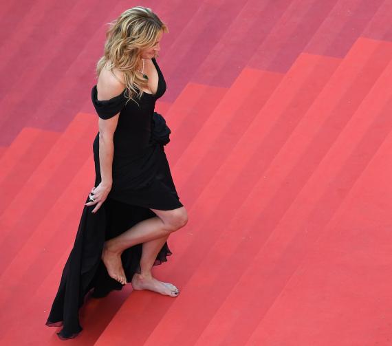 julia roberts goes barefoot