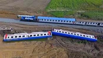 Çorlu'da kaza yapan trenin vagonları kaldırılıyor