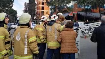 Kadıköy'de yangında mahsur kalan 2 kadını itfaiye kurtardı