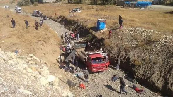 Yüksekovada kaçakları taşıyan kamyonet şarampole yuvarlandı: 66 yaralı