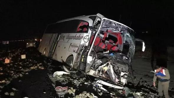 Yolcu otobüsü, kamyona çarptı; 1 ölü, 20 yaralı