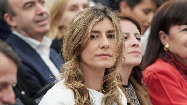 """[#Vídeo] Begoña Gómez, mujer de Pedro Sánchez, y varias ministras corean en la marcha del 8-M: """"Dónde están, no se ven, las banderas del PP"""""""