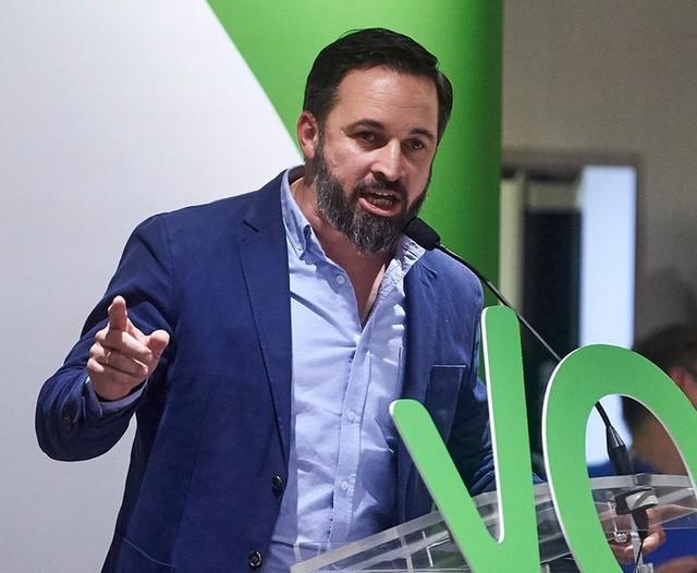 Abascal quiere perseguir a quienes ayuden a los migrantes irregulares y despenalizar la incitación al odio