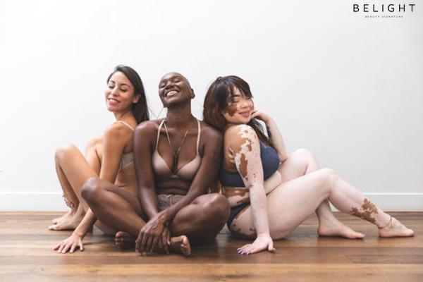 Body-positivity-women-friends-posing-at-home-in-lingerie