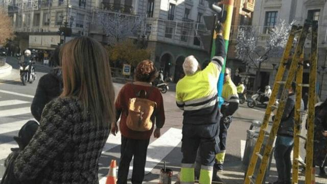 PP y Cs ceden ante Vox y repintan de negro los semáforos con el arcoíris de apoyo a la comunidad LGTBI en Granada