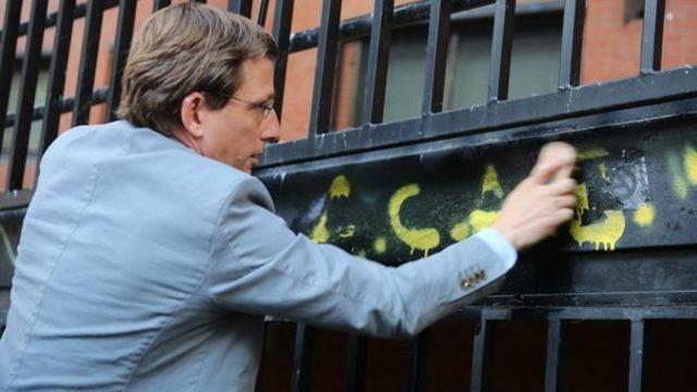 Micromecenazgo para ayudar a multados con 250 euros por llevar pegatinas de «Almeida Carapolla»