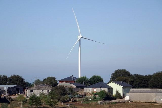 El PP se ampara en una legislación obsoleta para permitirle a Endesa la instalación de aerogeneradores cerca de viviendas en los parques eólicos Paradela y Serra das Penas