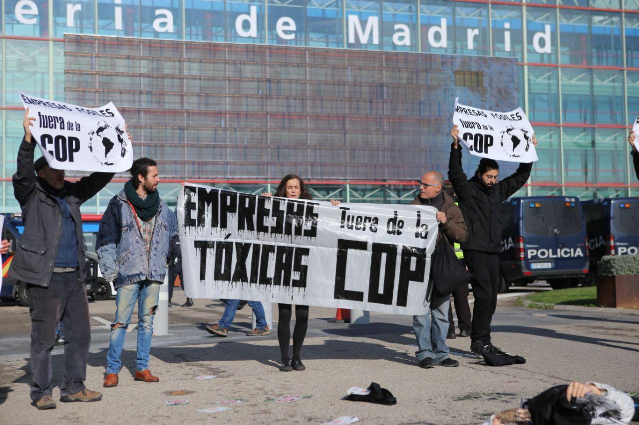 Ecologistas en Acción protesta contra la presencia de empresas contaminantes en la COP25