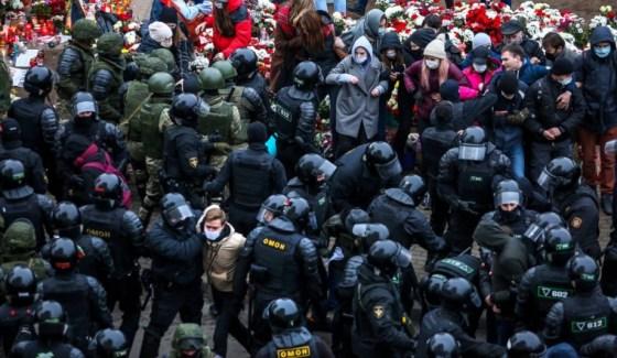 Αξιωματικοί επιβολής του νόμου κρατούν υποστηρικτές της αντιπολίτευσης κατά τη διάρκεια διαδήλωσης για να διαμαρτυρηθούν για τα αποτελέσματα των προεδρικών εκλογών της Λευκορωσίας στο Μινσκ, στις 15 Νοεμβρίου 2020. - Οι Λευκορώσοι κατέβηκαν στους δρόμους της πρωτεύουσας Μινσκ στις 15 Νοεμβρίου 2020 σε μια νέα διαδήλωση εναντίον του ισχυρού ηγέτη Αλεξάντερ Λουκασένκο καθώς ο θυμός αυξήθηκε για τον πρόσφατο θάνατο ακτιβιστή της αντιπολίτευσης  (Φωτογραφία από - / AFP) (Φωτογραφία από - / AFP μέσω Getty Images)