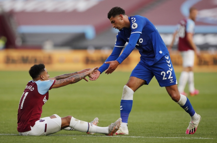 Soccer Football - Premier League - West Ham United v Everton - London Stadium, London, Britain - May 9, 2021 West Ham United's Jesse Lingard and Everton's Ben Godfrey during the match Pool via REUTERS/Andrew Couldridge EDITORIAL USE ONLY. No use with unauthorized audio, video, data, fixture lists, club/league logos or 'live' services. Online in-match use limited to 75 images, no video emulation. No use in betting, games or single club /league/player publications. Please contact your account representative for further details.