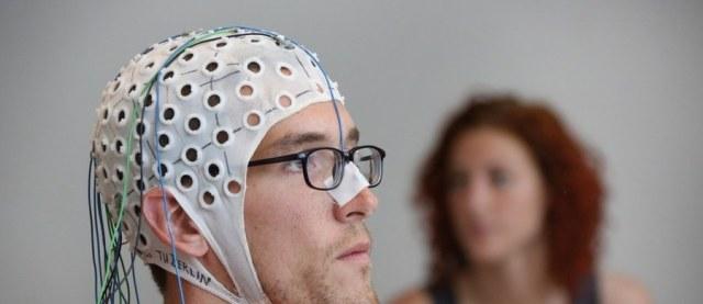 """Koronawirus atakuje nie tylko płuca i układ oddechowy. Lekarze zwracają uwagę na neurologiczne powikłania ciężkiego przebiegu zakażenia SARS-Cov-2, w tym bóle głowy, udary i napady drgawek. Naukowcy z Baylor College of Medicine i University of Pittsburgh opublikowali na łamach czasopisma """"Seizure: European Journal of Epilepsy"""" przeglądową pracę wskazującą na często pojawiające się nieprawidłowości w aktywności elektrycznej płatów czołowych mózgu. To może mieć związek z faktem, że koronawirus często wnika do organizmu przez nos."""