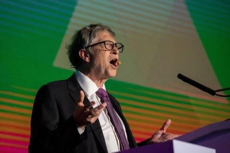 Bill Gates nieustannie udziela się w mediach na temat walki z koronawirusem /AFP