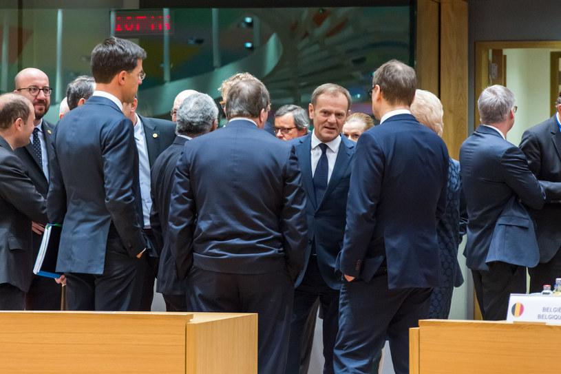 Donald Tusk rozmawia z europejskimi przywódcami /AFP