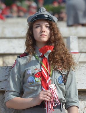 Harcerka podczas uroczystości na polskim Cmentarzu Wojennym na Monte Cassino. /Radek Pietruszka /PAP