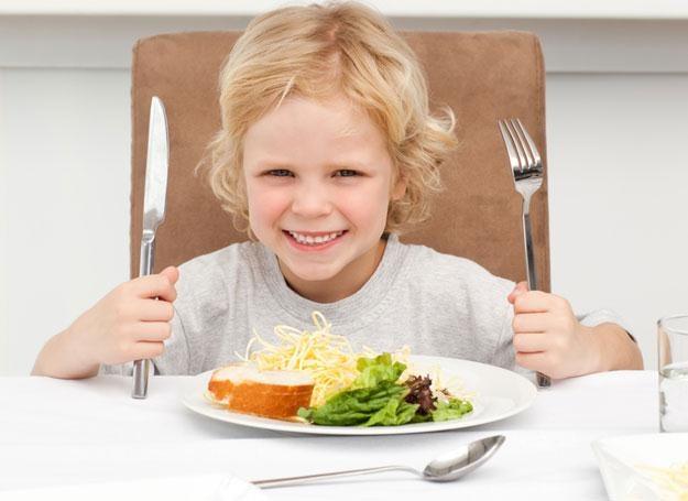 Maluch potrzebuje czasu, by zaakceptować nowość na talerzu /© Panthermedia