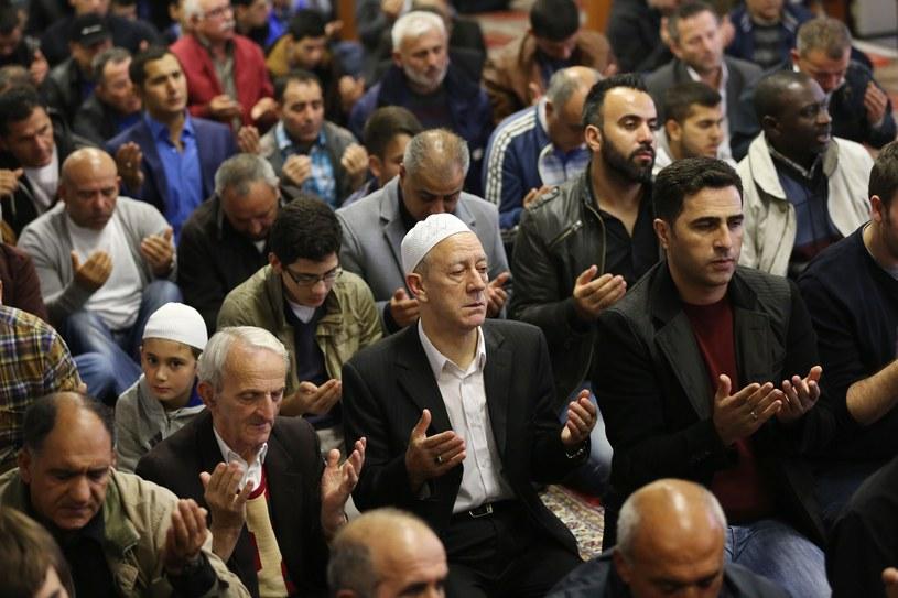 Modlący się muzułmanie w meczecie we Frankfurcie /Getty Images