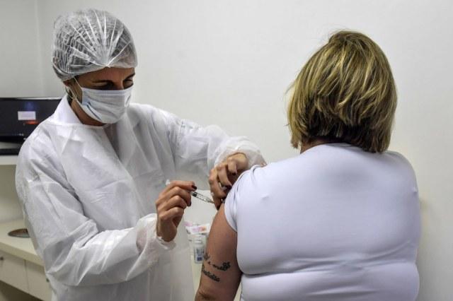 Oksfordzka szczepionka przeciw COVID-19 daje silną odpowiedź immunologiczną u seniorów, zdj. ilustracyjne /NELSON ALMEIDA /AFP
