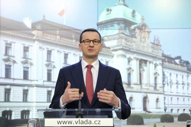 Premier Mateusz Morawiecki podczas konferencji prasowej szefów rządów państw V4 /Leszek Szymański /PAP