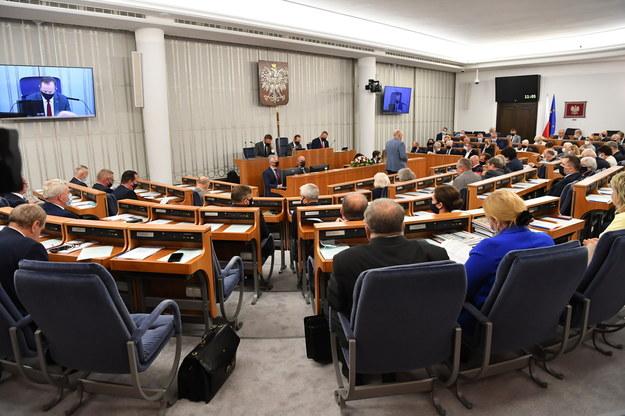 Senatorowie na sali plenarnej Senatu w Warszawie w pierwszym dniu posiedzenia wyższej izby parlamentu. /Piotr Nowak /PAP/EPA