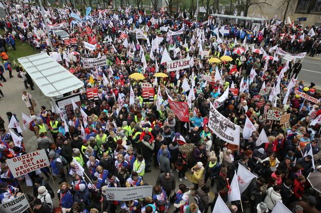 Uczestnicy demonstracji organizowanej przez Związek Nauczycielstwa Polskiego /Tomasz Gzell /PAP