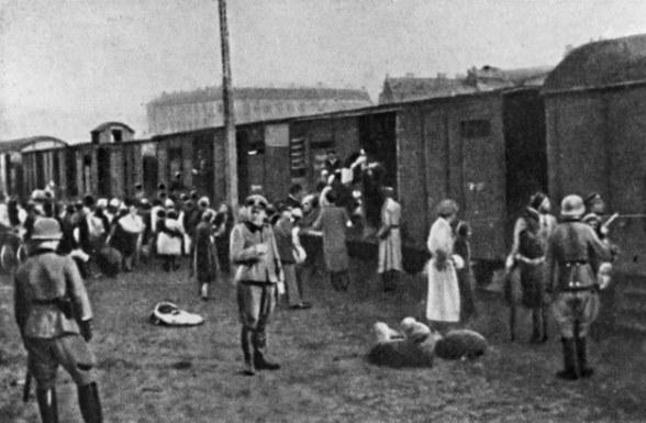 Żydzi ładowani na Umschlagplatz'u do wagonów jadących do Treblinki. Warszawa 1942 r. /ZIH /Agencja FORUM