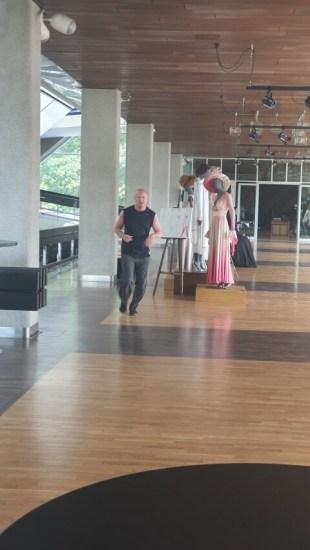 To regain its shape, şirts Ķesteris goes around the mannequins.