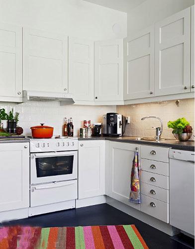 small kitchen rugs soap dispenser sink 小厨房的时尚装修方案收纳强也不拥挤 装修效果图 家居在线 白色厨房搭配彩条地毯