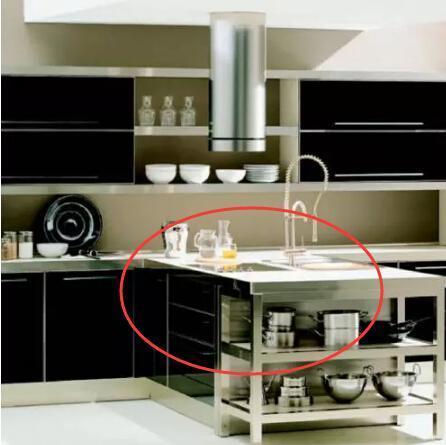 kitchen island lighting white appliances 厨房5大错误装修 学装修 逸家网 2 与其在客厅布射灯和灯带 不如用在厨房 在操作台下方的照明才是真正能帮助你做菜时看得更清的光源 一看下方的示意图 你就明白了