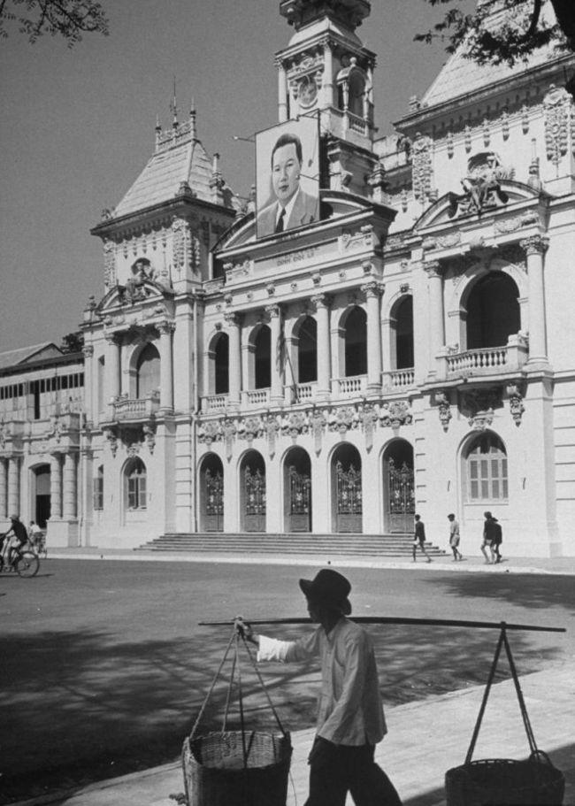 UBND TPHCM được xây dựng từ năm 1898 đến 1909 do kiến trúc sư Gardès thiết kế mô phỏng theo kiểu những lầu chuông ở miền Bắc nước Pháp.