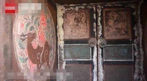 Các bức tường bao quanh khu mộ đều được sơn bằng màu sắc rất đẹp