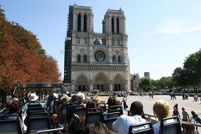 Tháp Eiffel có vẻ nổi tiếng hơn, nhưng nếu tính trên số lượng khách du lịch đến thăm thì Nhà thờ Đức Bà mới là địa điểm hút khách nhất ở Paris.