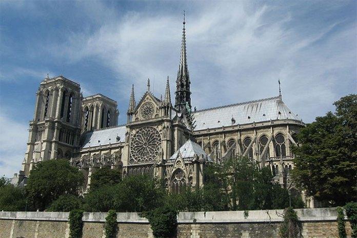 Nhà thờ nhìn từ tả ngạn sông Seine.