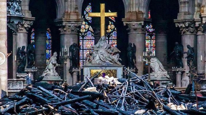 Những gì còn lại bên trong Nhà thờ Đức Bà Paris.