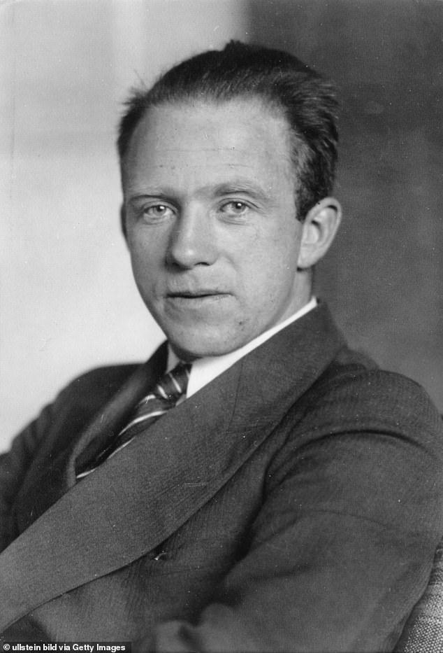Nhà khoa học làm việc trong dự án hạt nhân của Hitler, Werner Heisenberg.