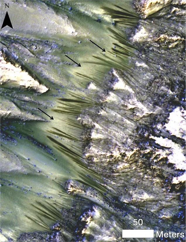 Nueva foto muestra posible existencia de agua en la superficie de Marte