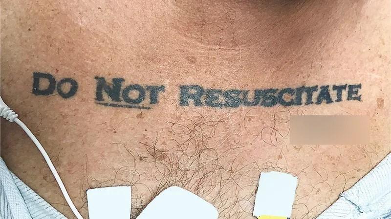 Un Hombre Llegó Inconsciente Al Hospital Con Un Tatuaje Que Ponía