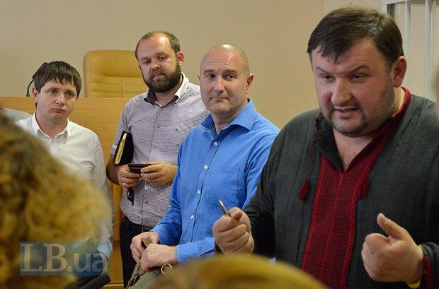 В синем - бывший командира роты Беркута Михаил Добровольский, подозреваемого в незаконном задержании активистов Автомайдана в январе 2014 года. Справа - адвокат Добровольского