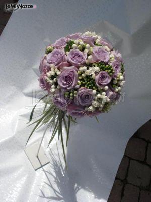 Allestimento floreale rotondo con rose lilla  Fioreria Il Parco  Foto 1