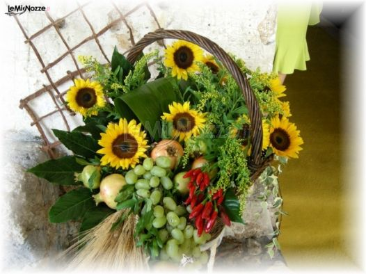 Cesto di frutta e girasoli per lallestimento delle nozze