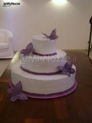 Torta nuziale con farfalle di marzapane  Almondart  Foto 1