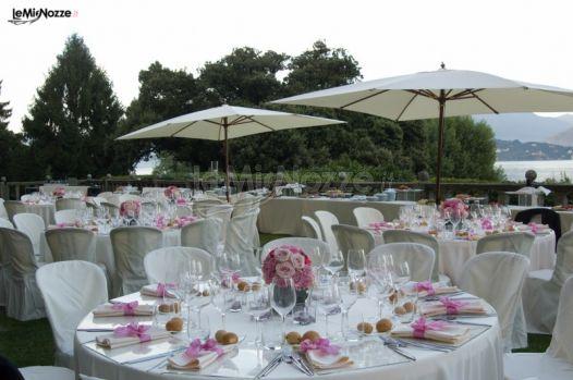 Terrazza con tavoli per il matrimonio con vista lago