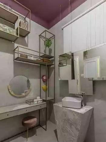 Quem não tem medo de ousar, pode se inspirar no banheiro de teto rosa, projeto de Samara Perona  - Ivan Araújo/Divulgação