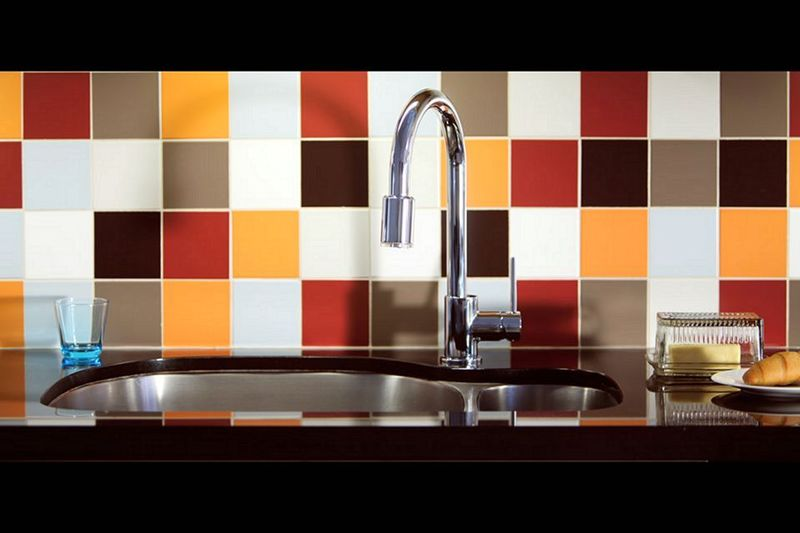backsplash ideas for small kitchen pendant light fixtures island 下巴瓷砖想法让你的厨房发光2018 todoinfor com 您家的最佳創意2018 在厨房里的水槽后面的多彩色瓷砖后挡板getty lori安德鲁斯