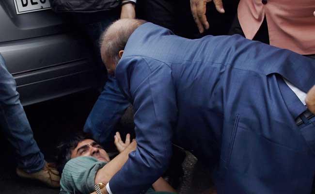 बीजेपी नेता ओपी शर्मा पर कब दर्ज होगी FIR? तस्वीरों में एक शख्स की पिटाई करते दिखे थे