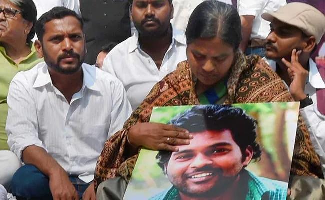 हैदराबाद विश्वविद्यालय में प्रवेश की इजाजत नहीं दिए जाने पर रोहित वेमुला की मां धरने पर बैठीं