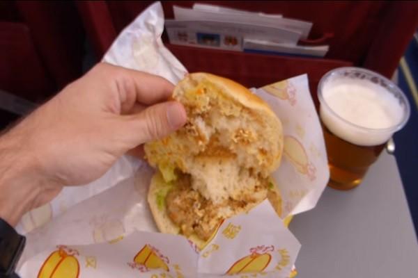 朝鮮「高麗航空」提供漢堡餐 乘客:吃不完   高麗漢堡   飛機餐   新唐人中文電視臺在線
