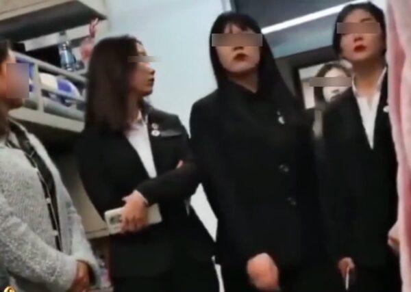 黑龙江职业学院6名女学生干部查寝,说话态度酷似黑社会。(视频截图)